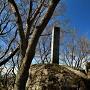 巨石と城址碑