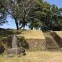 城跡碑と曲輪跡(?)