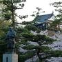 銅像と桜と天守[提供:三河武士のやかた家康館]