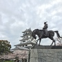 天守と桜と藤堂高虎像