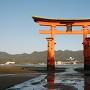 早朝の厳島神社の大鳥居