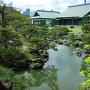 新緑の表御殿庭園と、博物館