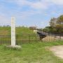 城址碑と東橋(東曲輪より本丸方向)