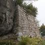 本丸跡の石垣(左)と馬洗岩
