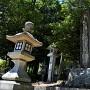 城址入口と千種神社石碑