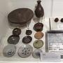 発掘された食器、鉄砲玉