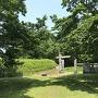 土塁に囲まれた復元御門