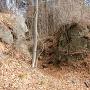 天然岩を切り取った堀切
