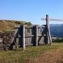 中の丸から登山道への門
