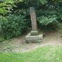 岩と城址碑