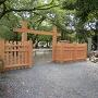冠木門と城址碑