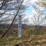砦にある標柱と祠
