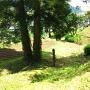 外郭遺構の空堀跡と土塁(横矢掛り)