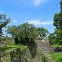 石垣の上から小天守台、大天守台の風景