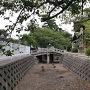 堀と城址碑