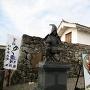 櫓門と竹中重治公の像