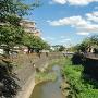 城址付近を流れる三沢川