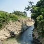 長井城(右側)の入江(天然の堀切)