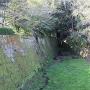 本丸北東の石垣と堀