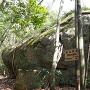 城址プレートと巨石