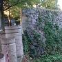 県図書館入口に残る石垣其の弐