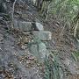 山肌に残る石垣跡