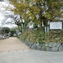 土塁に守られた城址碑と案内板