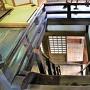 天守最上階から階段を眺める