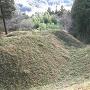 本丸跡から見る竪堀