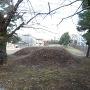 土塁を豪徳寺山門付近から見る
