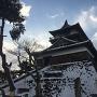 雪の丸岡城と青空