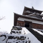 雪の天守(階段下から)