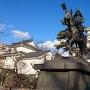 冬の青空に映える城跡と氏鉄公