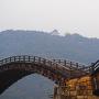 雨の錦帯橋と霞む天守