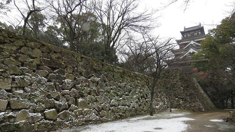 苔と雪のコラボ。石垣が抹茶系スイーツのようでした!