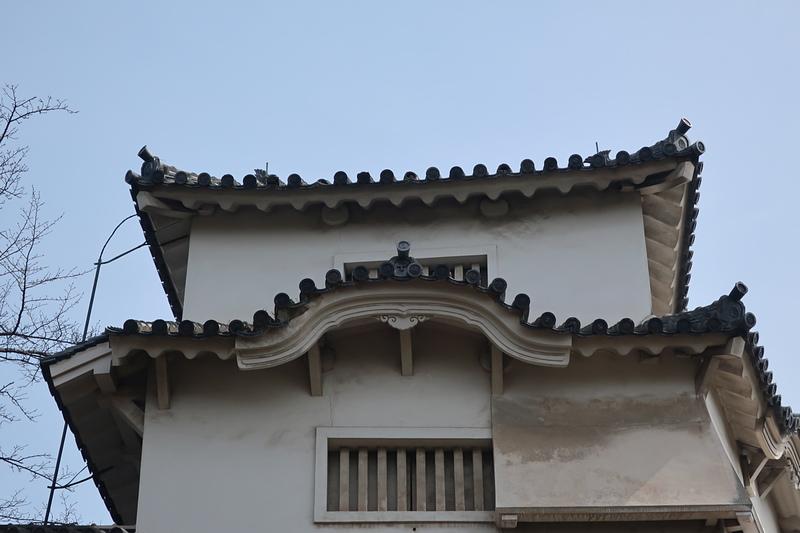 「にの門」の破風上に残る十字紋瓦