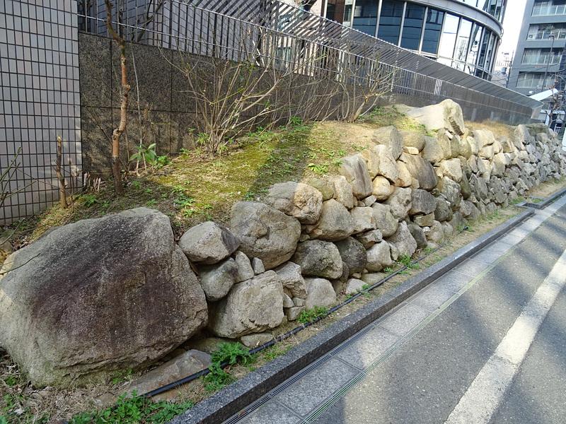 石垣の横から